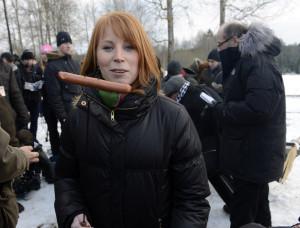 Centerledaren Annie Lööf bjöd allianskollegorna på grillad korv hemma i Maramö i februari. Foto: Björn Lindahl.