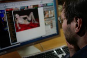Enligt en enkätstudie som Ungdomsstyrelsen gjort så tittar nio av tio unga män och tre av tio unga kvinnor mer eller mindre regelbundet på porr.