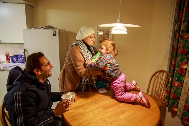 TRÖTTA MED ÖVERSKOTTSENERGI. Lilla Hala, 2, kryper på möblerna i det nya boendet. Foto: Krister Hansson.