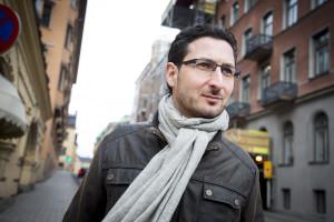 Mani, 42, är journalist och skildrar de syriska flyktingarnas väg till Sverige.