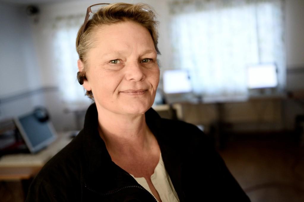 Tarja Eriksson från kommunen sätter upp datorer och ordnar svenskkurser. Foto: Stefan Mattsson.
