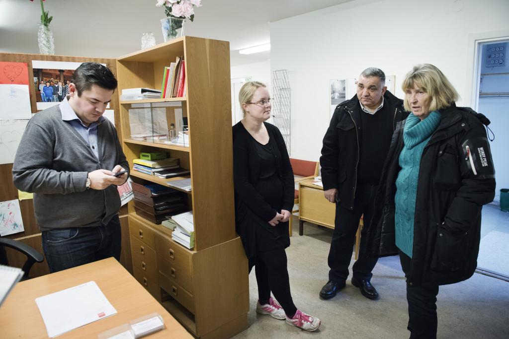 Telefonen ringer hela tiden till Namik Abbasov. Bredvid står Åsa Dahlberg, Quitaiba Tumma och ordförande i IFA, Anna Nordström. Foto: Anna Tärnhuvud.