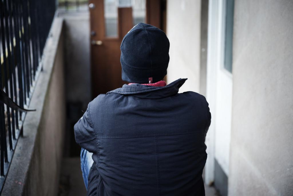 Trots att personal från IFA försäkrar att Sverige inte är Syrien är Gabriel, 20, rädd för att Migrationsverket ska reagera om han ställer upp öppet i media. Foto: Anna Tärnhuvud.