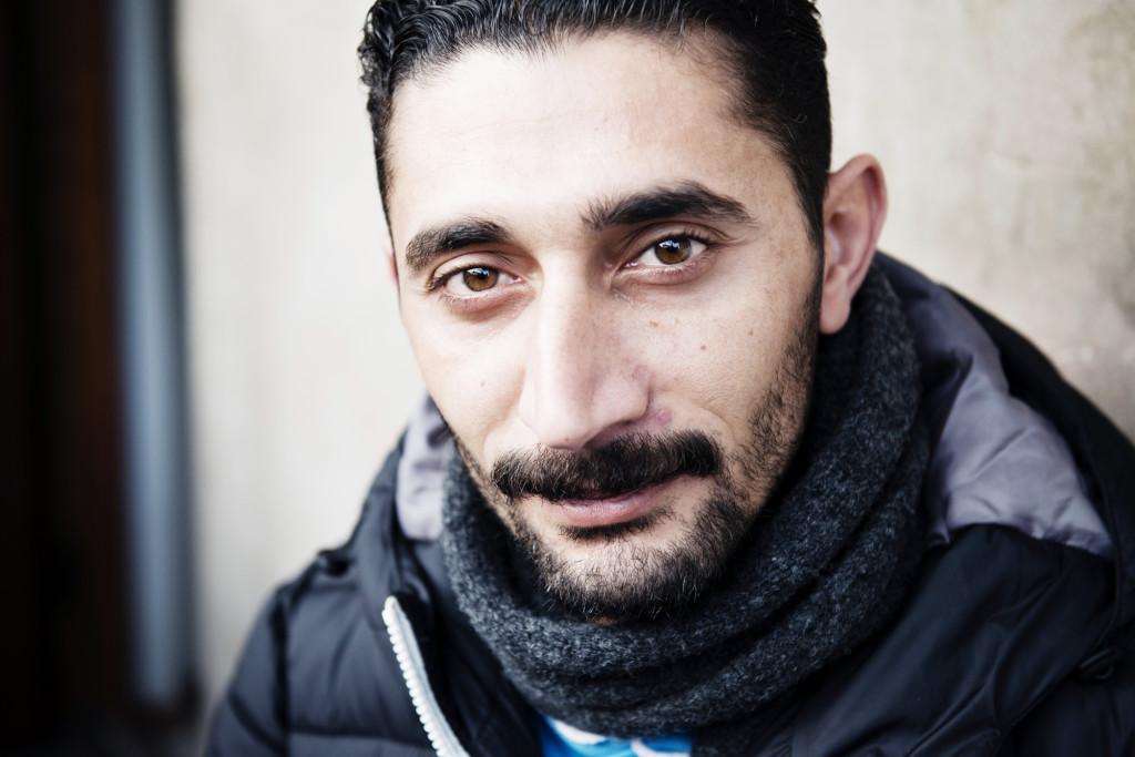 """Gassa Al Dbel, 31, från Idlib i nordvästra Syrien, kom till Avesta för två månader sedan. Han får byxor på IFA i dag. """"Jag mår bra, men jag tänker på min fru och mina tre barn, hur de ska kunna komma hit"""", säger han.  Foto: Anna Tärnhuvud."""