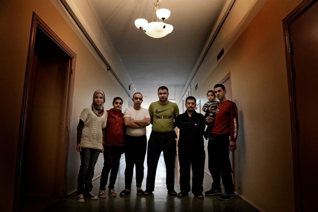 Flydde Syrien och torterades i Italien. Razan Alhlabe, 23, Maryam Rizk, Feras Etma, 28, Abedul Karim Khalili, Etma Mohand, 39, och Amjad Shaweesh, 32, med dottern Ahmad Majed, 1,5. Foto: Stefan Mattsson.