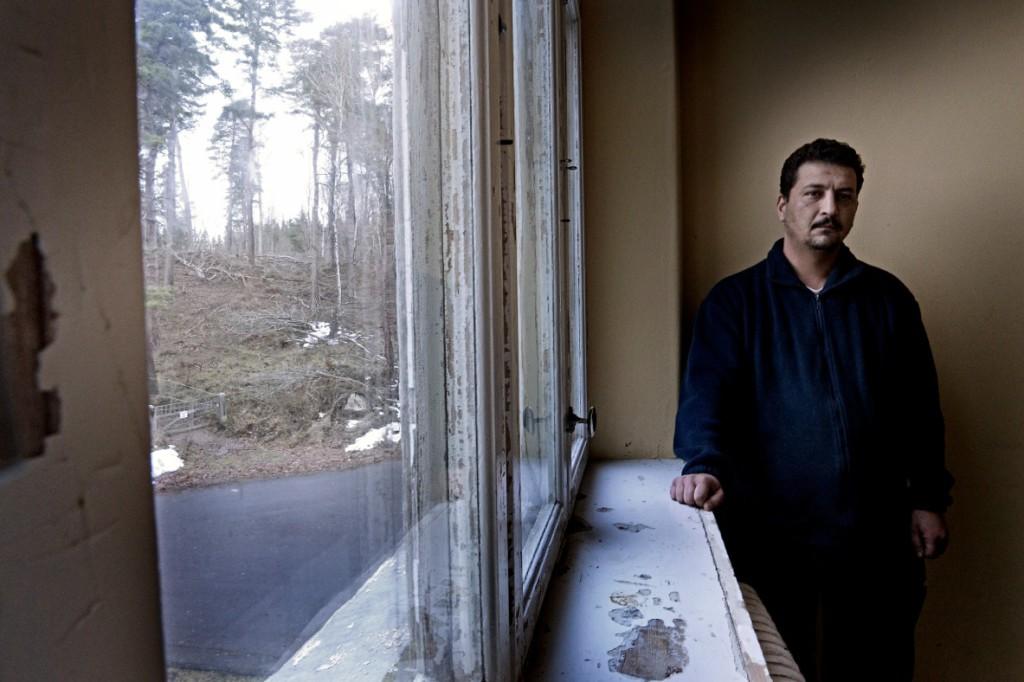 Etma Mohand, 39, beskriver hur italiensk polis torterat honom med slag och elstötar för att få honom att lämna fingeravtryck. Foto: Stefan Mattsson.