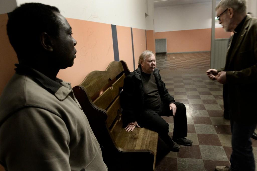 Joseph Mbumba är anställd hos Bert Karlsson som fritidsledare och ansvarar för  att de asylsökande ska hålla sig aktiva. Till höger: Leif Eliasson, präst i Axvall församling, som ofta är på boendet för att stötta. Foto: Stefan Mattsson.