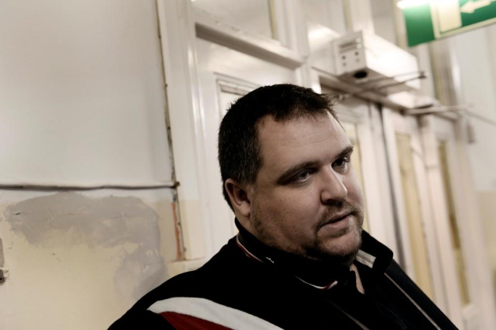 Emil Ahmetbasics, verksamhetschef för Bert Karlssons fyra asylboenden, berättar att Bert, utan egen vinning, gör mycket för att hjälpa asylsökande, och att bilden av Bert som rasist är långt ifrån hur han agerar praktiskt. Foto: Stefan Mattssson.