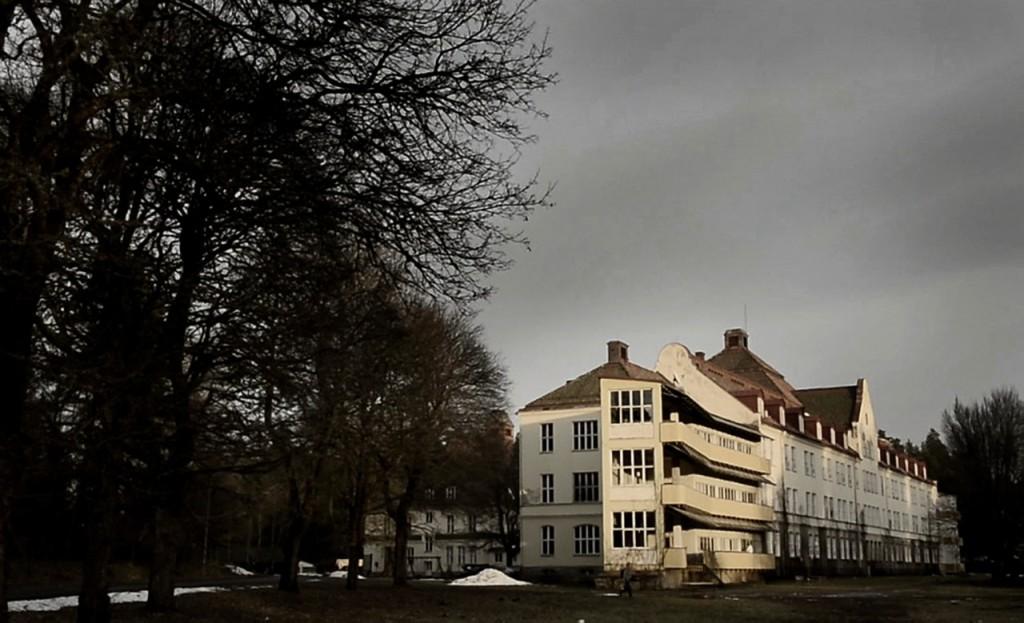 Stora Ekeberg byggdes som sanatorium 1918, och har vårdat offer för andra världskrigets koncentrationsläger under 1940-talet. Nu är det asylboende i Bert Karlssons regi. Foto: Stefan Mattsson.