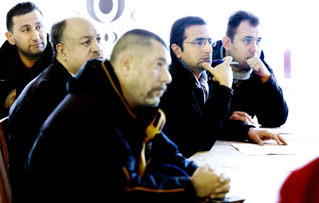 Abdul Alkurdi, tvåa från höger, lyssnar på information från myndigheten. Foto: Lars Allard.