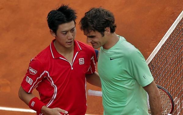 Kei Nishikori och Roger Federer klappar om varandra framme vid nät efter Nishikoris skrällseger.