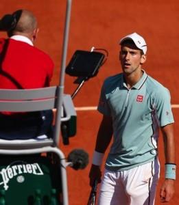 Djokovic var inte helt nöjd när domaren tilldömde Nadal poängen efter att Djokovic snubblat in i nätet. FOTO: AP