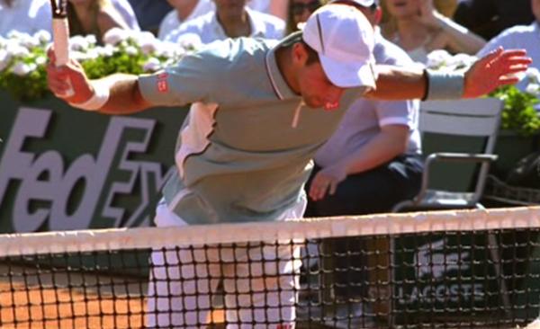 Djokovic snubblar in i nätet efter att ha slagit en smash – och förlorar poängen. FOTO: AP