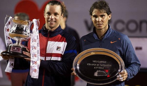 Horacio Zeballos håller upp bucklan efter skrällsegern över Rafael Nadal i VTR Open-finalen i Vina del Mar.