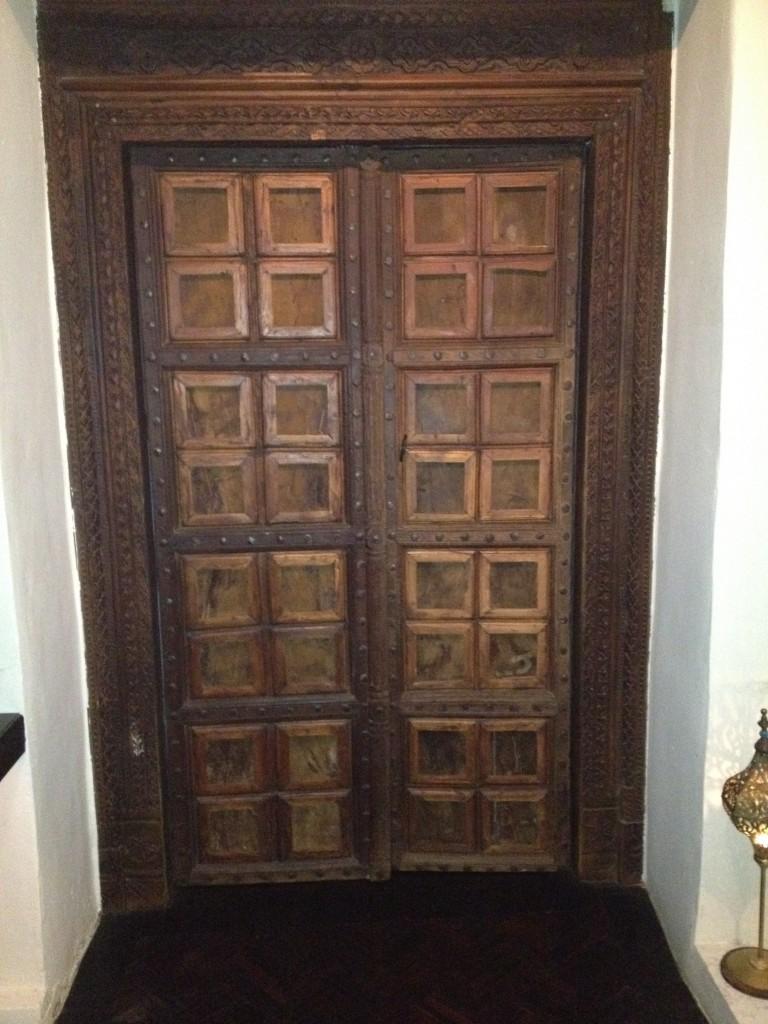 dörrarna-till-yogasalen-768x1024