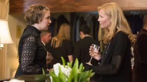 Hannah (Lena Dunham) och änkan (Jennifer Westfeldt) möts på Davids begravning.