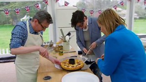 Mel och Sue hjälper Howard att bära kakan.