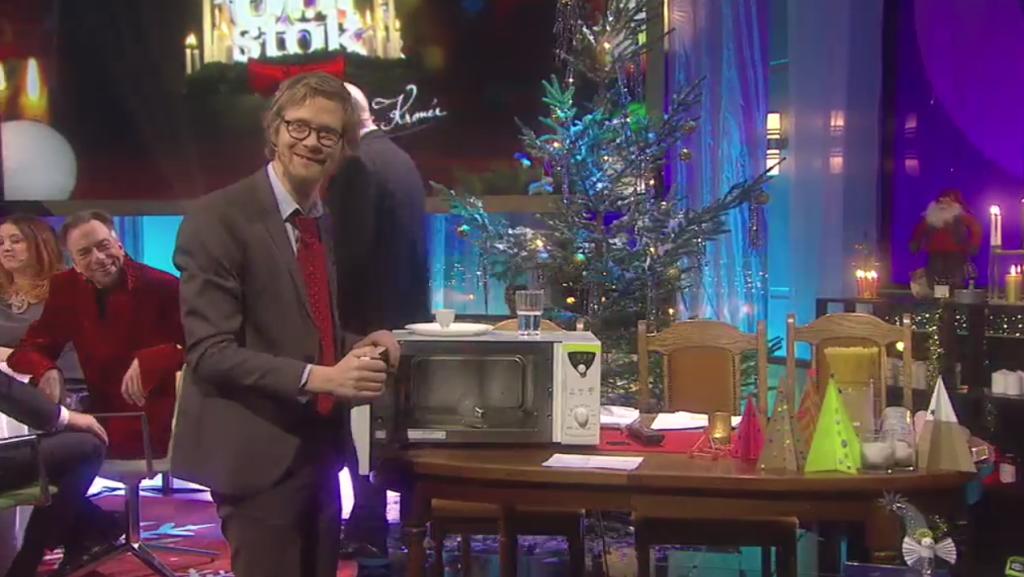 """""""Anders och Måns""""-Anders utför ett experiment med en mikrovågsugn och en glödlampa medan Lasse Kronér flyr bort."""