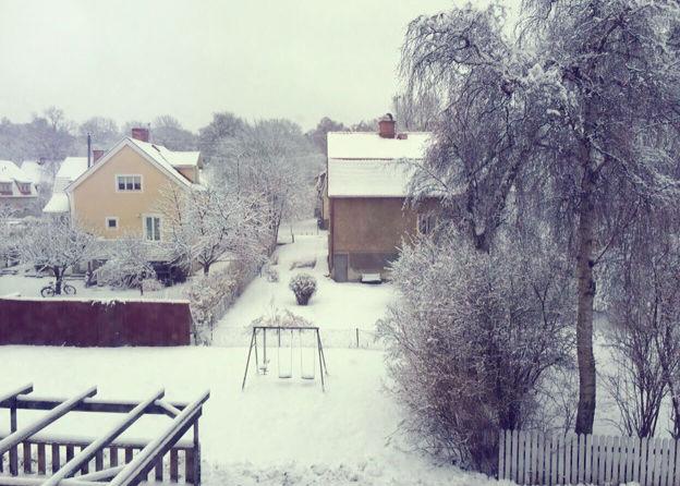 Så här såg det ut utanför vårt fönster någon morgon förra veckan. Nu är det ju ingen snö längre men. Ni ser ju idyllen! Jag älskar Enskede.