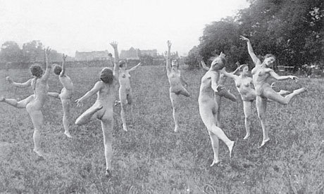 Women-dancing-naked-in-a--007